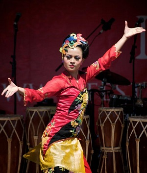 Jaipongan dancer